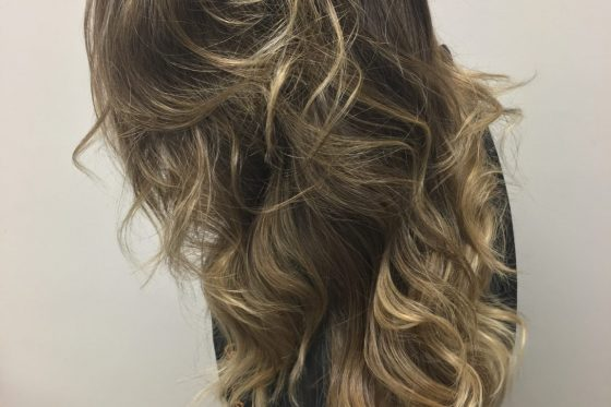 Escova ondulada e mecha estilo ombre em cabelo moreno por Le Cristal